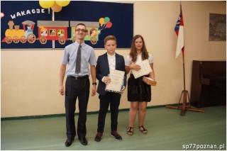 Laureaci Matematycznej Ligi Zadaniowej w roku szkolnym 2015/2016 wraz z organizatorem konkursu