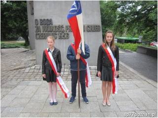 Warta Honorowa pod pomnikiem Poznańskiego Czerwca 1956